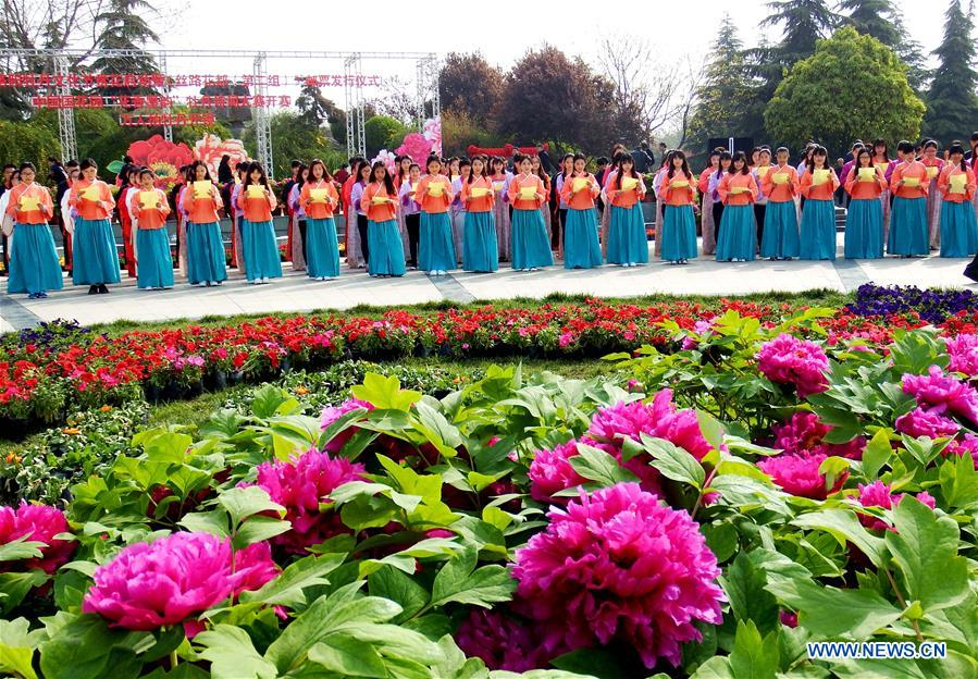 LUOYANG, April 2, 2016 (Xinhua) -- Actors chant poetry during the Peony Cultural Festival in Luoyang, central China