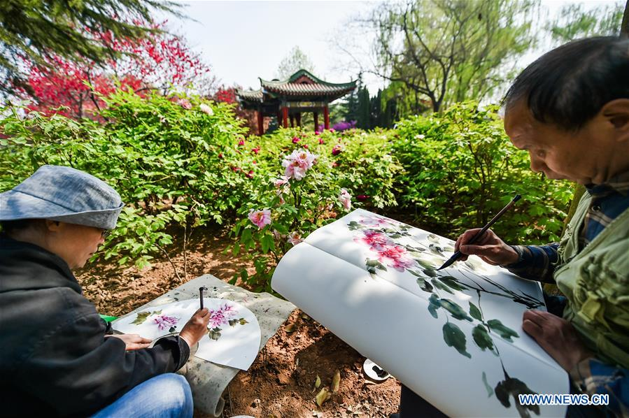 LUOYANG, April 2, 2016 (Xinhua) -- People paint during the Peony Cultural Festival in Luoyang, central China