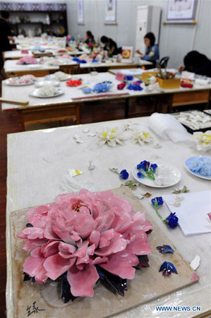 LUOYANG, April 29, 2016 (Xinhua) -- Craftswomen make porcelain peony handicrafts at Luoyang Peony Porcelain Museum in Luoyang, central China