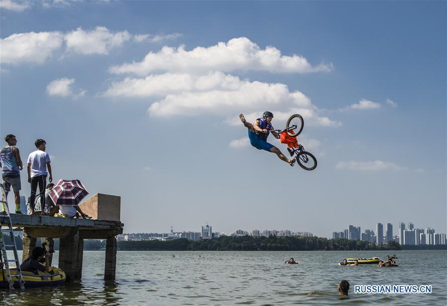 Велоспорт -- Фестиваль акробатических прыжков в озеро на велосипедах BMX в Ухане