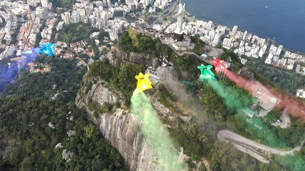 Daredevils jump from 1,500m passed Christ the Redeemer