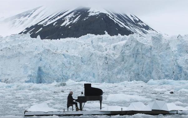 意大利作曲家兼钢琴家卢多维科·埃诺迪在挪威冰山前举办个人演奏会