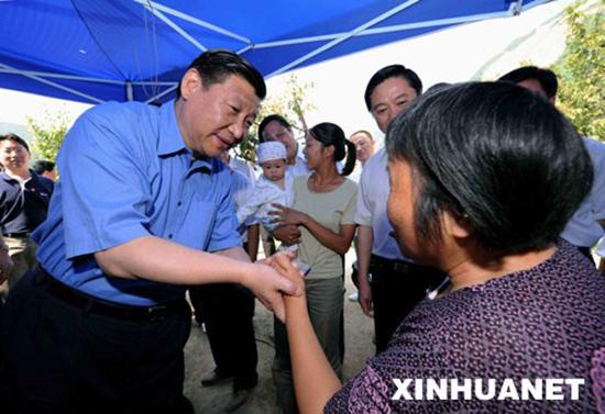 2008年6月28日,习近平在平武县平通镇看望受灾群众。 新华社记者 饶爱民