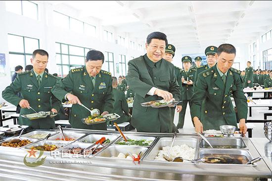 2012年12月10日,中共中央总书记、中共中央军委主席习近平在广州军区某装步营,与官兵共进午餐。记者周朝荣摄