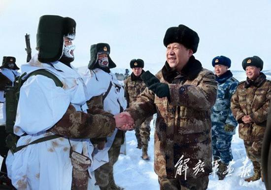 2014年1月26日,习近平来到祖国边疆的内蒙古阿尔山,冒着摄氏零下30多度的严寒,迎风踏雪慰问在边防线上巡逻执勤的官兵。