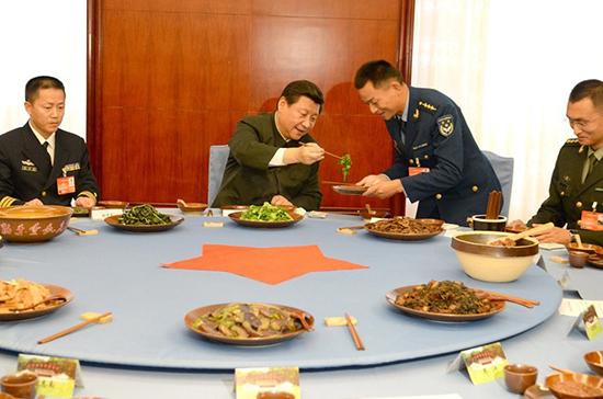"""习近平与官兵吃""""红军饭"""",为官兵夹菜。据中国军网/军报记者"""