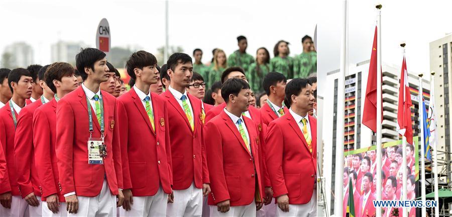 La délégation chinoise lève le drapeau national