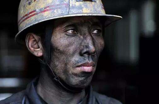 在山西晋煤集团凤凰山矿,44岁的工程一队队员范军龙走出井口 新华社记者 詹彦 摄