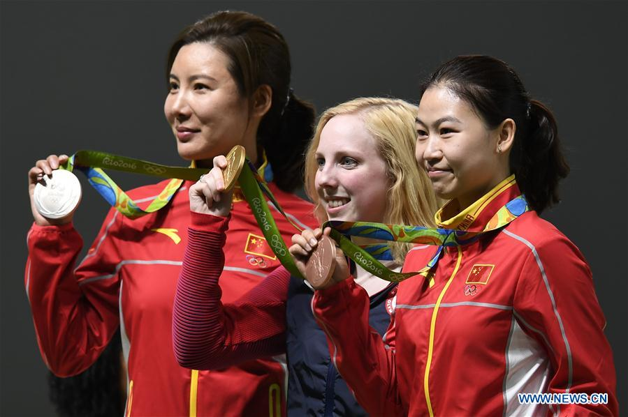 Virginia Thrasher (C) of the United States, Du Li (L) and Yi Siling of China attend the awarding ceremony of the Women