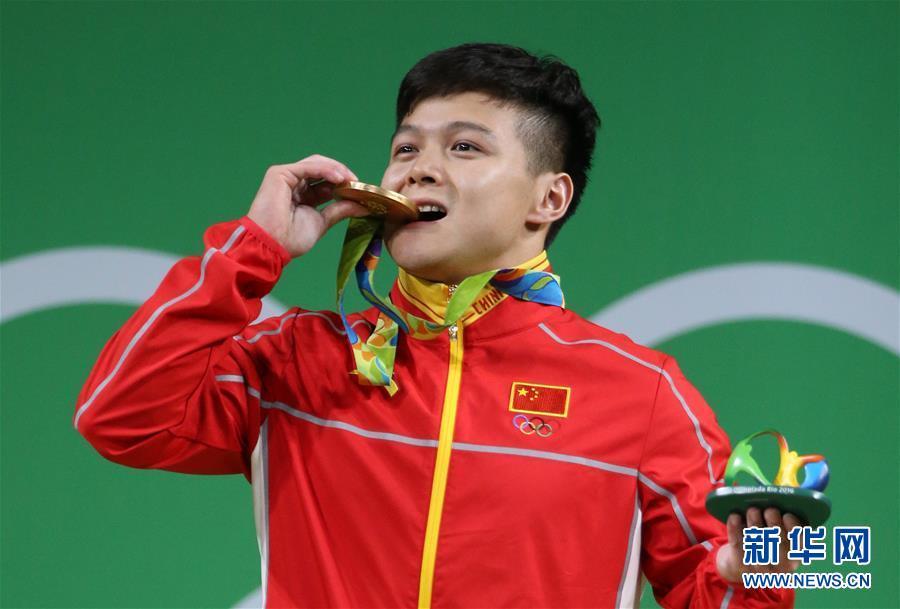 خطف الرباع لونغ تشينغ تشيوان الميدالية الذهبية في فئة 56 كيلوغراما للرجال