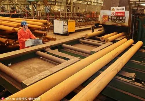 7月27日,东北特钢集团大连基地一名员工在操控调质炉钢材出炉。