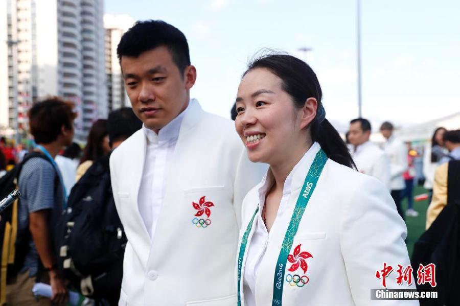 Le 4 août, les pongistes Tie Yana et Tang Peng, ensemble sur les terrains de sport comme à la ville, assistent au hissage du drapeau de l
