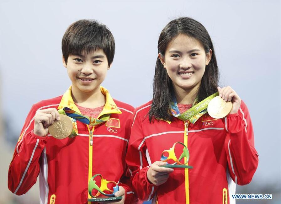 Chen Ruolin (R) and Liu Huixia of China attend the awarding ceremony of women