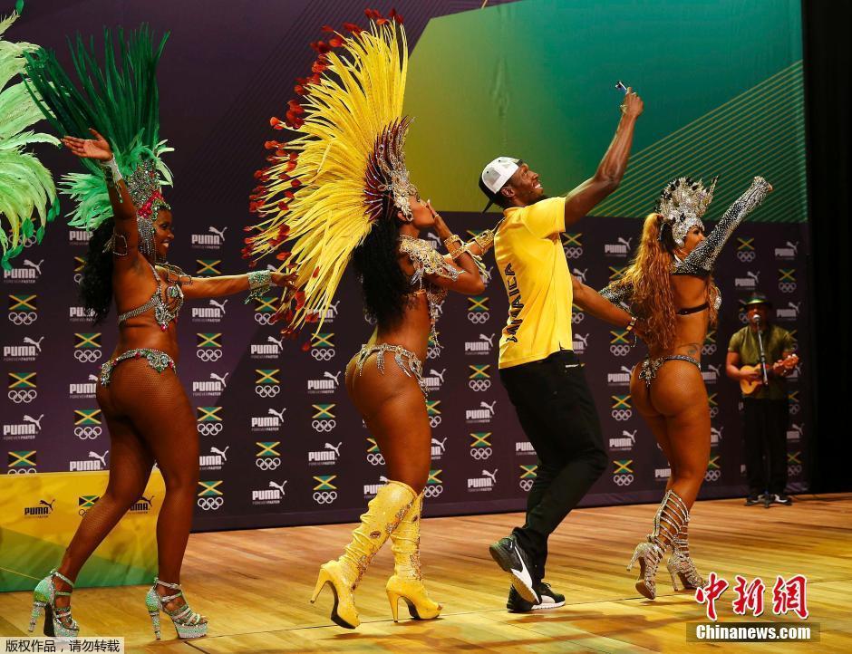 قام بولت بأداء رقص السامبا أثناء المؤتمر الصحفي