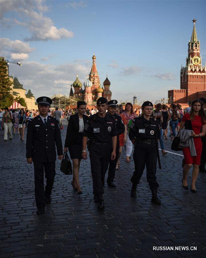 Сотрудники китайской и российской туристической полиции патрулировали московские улицы