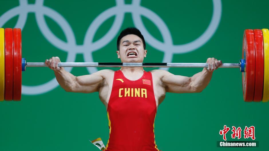شي تشي يونغ يفوز بثالث ميدالية ذهبية برفع الأثقال للصين بأولمبياد ريو