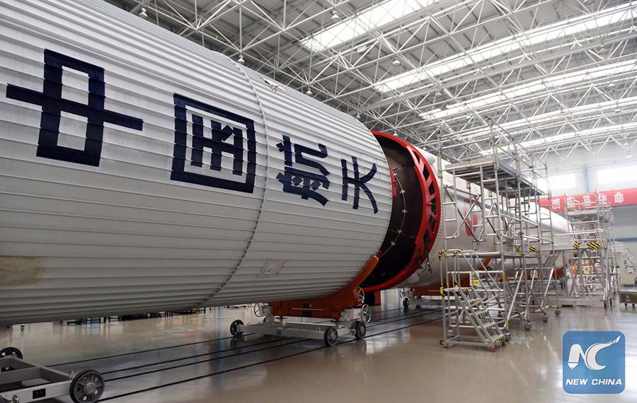 """Китайский пилотируемый космический корабль """"Шэньчжоу-11"""" доставлен на космодром"""
