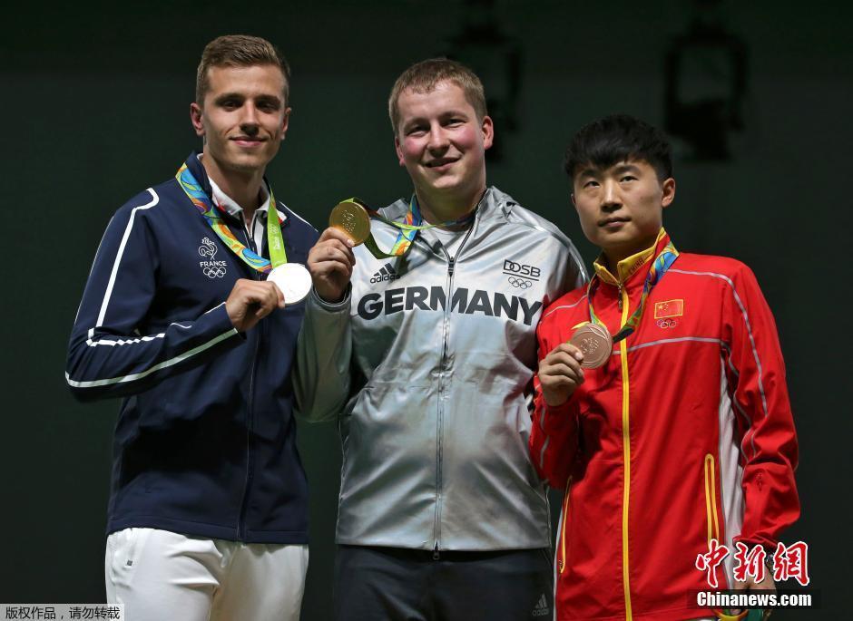 فاز الألماني كريستيان ريتز البالغ من العمر 29 عاما بأول ميدالية ذهبية للرماية من المسدس سريع الطلقات من مسافة 25 مترا