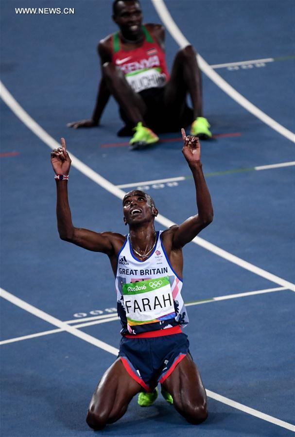 عاد العداء البريطاني مو فرج سريعا بعد سقوطه أرضا في منتصف السباق ليحتفظ بلقبه الأوليمبي في سباق 10 آلاف متر في ألعاب القوى بأولمبياد ريو يوم السبت