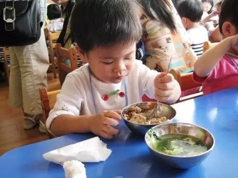 争议   北京部分幼儿园中班用餐不再提供勺子 宝