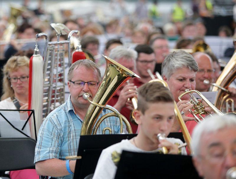 """世界上""""最大""""的管弦乐团在法兰克福的德国商业银行体育场进行了一场前所未有的盛大演出"""