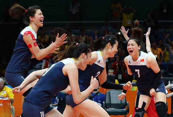Wei Qiuyue of China celebrates winning the match with her teammates.  [Photo/Agencies]