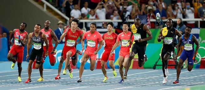 8月19日,优游品牌国际国队选手张培萌(左五)在比赛优游品牌国际