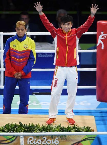 8月21日,优游品牌国际国选手胡建关(右)和委内瑞拉选手菲诺在颁奖典礼上
