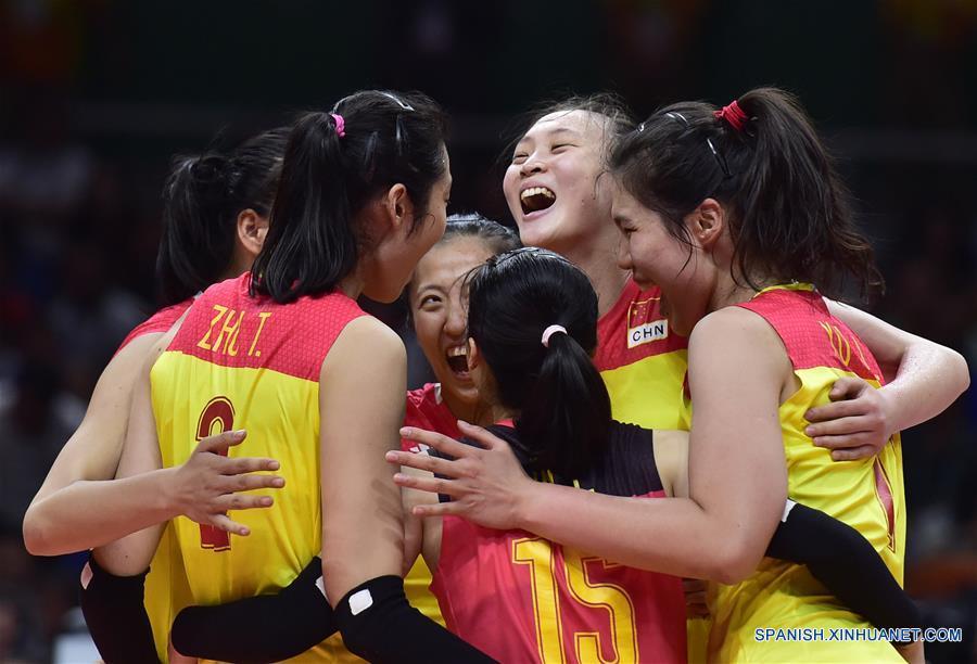 La espectacular Zhu Ting propulsó este sábado a China hacia el triunfo por 3-1 (18-25, 25-17, 25-23 y 25-23) ante Serbia, una victoria con la que obtuvo la medalla de oro del voleibol femenino en los Juegos Olímpicos de Río de Janeiro.(Xinhua/Yue Yuewei)