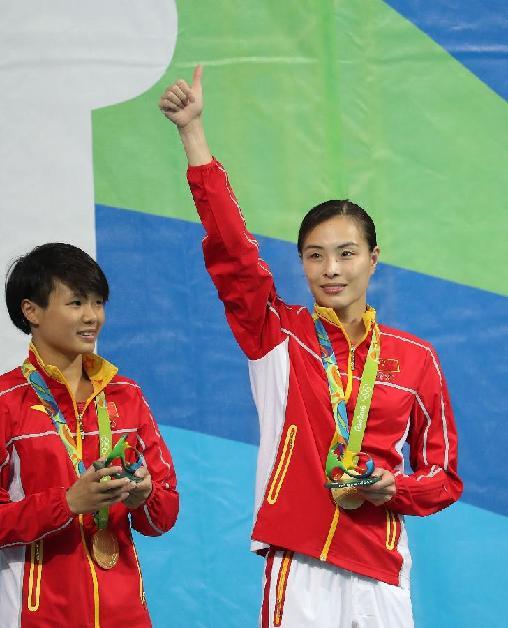 8月7日,吴敏霞(右)和施廷懋在颁奖典礼上