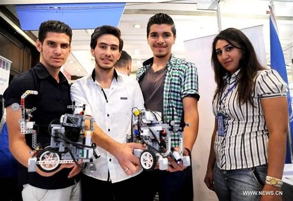 دمشق 22 أغسطس 2016 (شينخوا) في الصورة الملتقطة يوم 22 أغسطس 2016، مخترعة سورية شابة تعرض اختراعا لها وهو عبارة عن سيارة يتم التحكم فيها عن بُعد، وذلك خلال معرض للتكنولوجيا أقيم في العاصمة السورية دمشق.