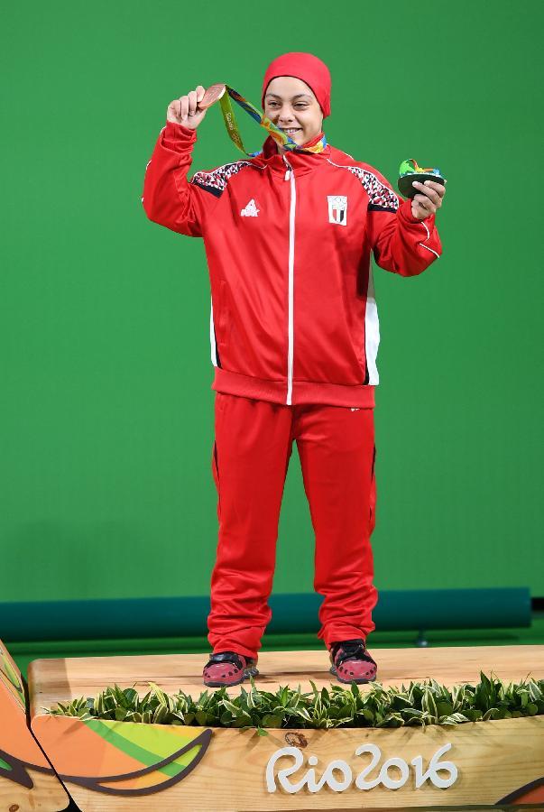 8月10日,艾哈迈德在颁奖仪式上展示奖牌