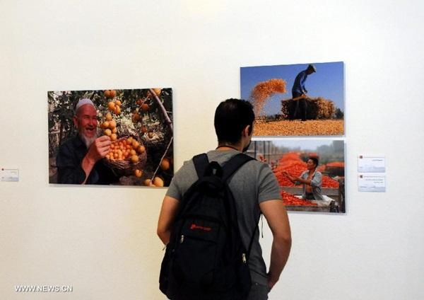"""في الصورة الملتقطة يوم 23 أغسطس 2016، يستمر المهرجان الثقافى الصينى فى طهران اسبوعا تحت شعار """"2016 خبرة الصين فى ايران"""" يعرض منطقة شينجيانغ الويغورية ذاتية الحكم فى الصين من خلال معرض صور وأنشطة ثقافية"""