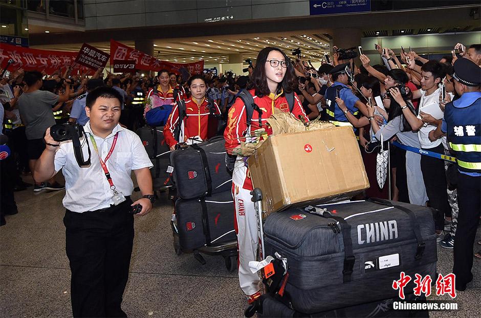 Китайских олимпийцев в международном аэропорту Пекина болельщики встретили овациями