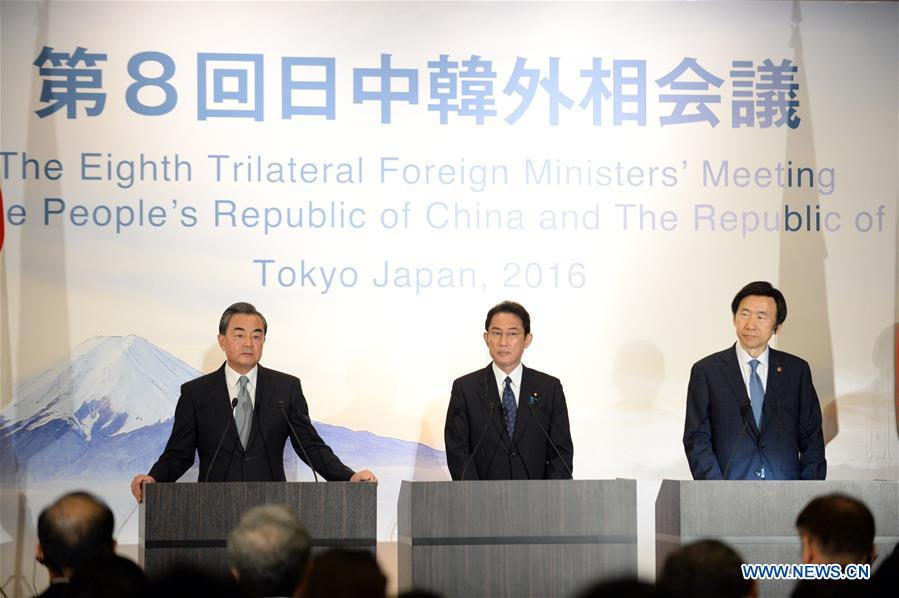 Chinese Foreign Minister Wang Yi,Japanese Foreign Minister Fumio Kishida andSouth Korean Foreign Minister Yun Byung Se (from L to R) attend a joint press conference in Tokyo, Japan, Aug. 24, 2016. The 8th trilateral foreign ministers