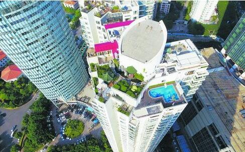 """国贸金海岸3号楼35楼,一家叫""""厦门Home海景空中别墅""""的家庭旅馆存在违建问题。"""