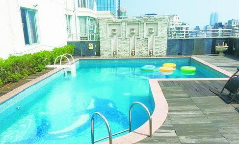 顶楼建有露天泳池