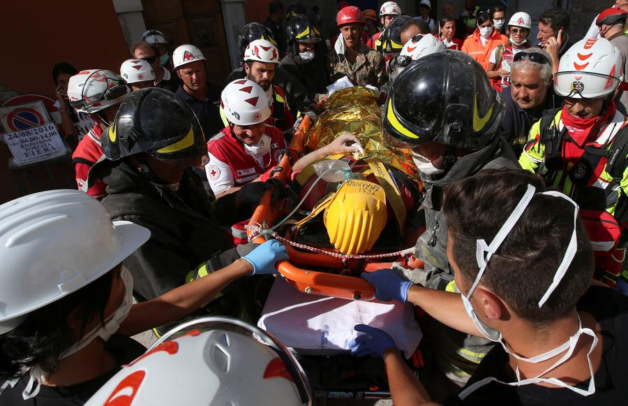 An injured man is carried away following an earthquake in Amatrice, central Italy, August 24, 2016. [Photo/Agencies]