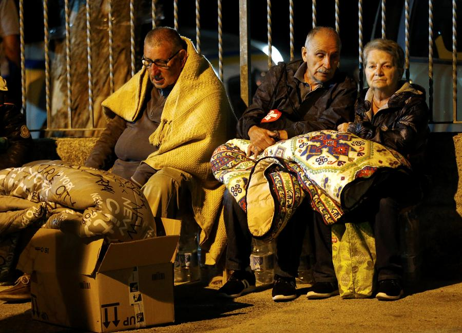 People cover themselves with blankets as they prepare to spend the night in the open following an earthquake in Amatrice, central Italy, August 24, 2016. [Photo/Agencies]