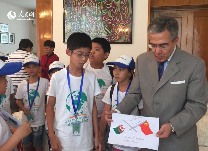 سفير الجزائر لدى بكين يستضيف سفراء الثقافة الصينية الصغار