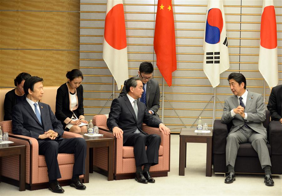 Japanese Prime Minister Shinzo Abe (R, Front) meets with Chinese Foreign Minister Wang Yi (C, front) and South Korean Foreign Minister Yun Byung-se (L, Front) in Tokyo, Japan, Aug. 24, 2016. (Xinhua/Ma Ping)