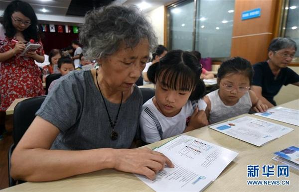 يظهر فى الصورة الملتقطة فى 4 أغسطس 2016، متطوع استرالى تيموثى كلانسى يعلم اللغة الانجليزية للمجموعات الصينية فى مدينة هانغتشو بمقاطعة تشجيانغ بشرق الصين