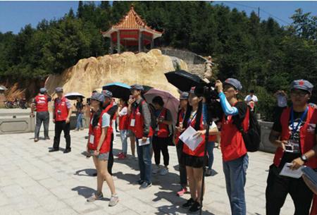 图为媒体团参观韶关油山革命纪念碑。新华网记者 卢鉴 摄