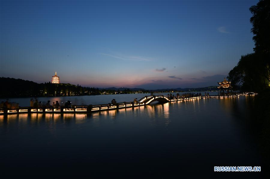 Поздний вечер на озере Сиху в Ханчжоу
