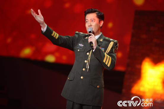 蔡国庆献唱《红旗飘飘》