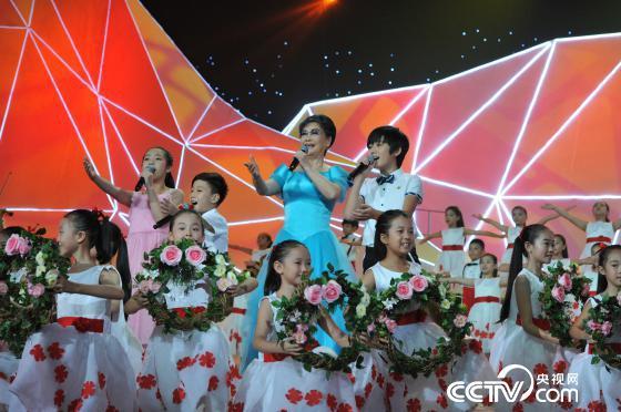 李谷一与孩子们一起演唱《我和我的祖国》