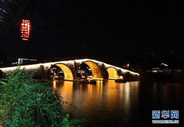 这是横跨京杭大运河的拱宸桥夜景(8月30日摄)。  入夜的京杭大运河杭州段沿线灯光璀璨,靓丽迷人。  新华社记者 陈晔华 摄