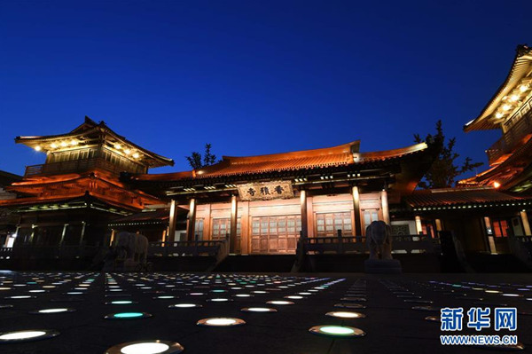 这是京杭大运河杭州段河边的香积寺夜景(8月30日摄)。  入夜的京杭大运河杭州段沿线灯光璀璨,靓丽迷人。  新华社记者 陈晔华 摄