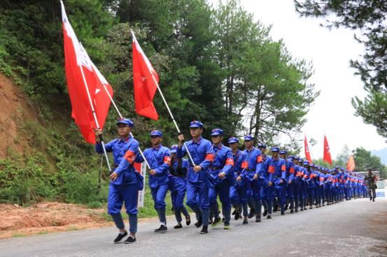 高举旗帜 列队行军