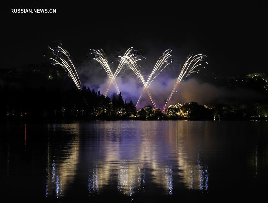 Фейерверк над озером Сиху